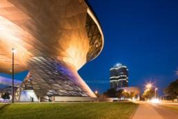 Architekturfotografie: BMW Welt München, BMW Museum, BMW Hochhaus bei Nacht | 3213 | © Effinger