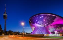 Architekturfotografie: BMW Welt München und Olympiaturm bei Nacht   4678   © Effinger