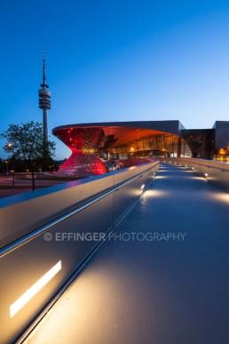 Architekturfotografie: BMW Welt München und Olympiaturm bei Nacht   4816   © Effinger