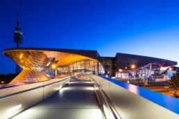 Architekturfotografie: BMW Welt München und Olympiaturm bei Nacht   4840   © Effinger