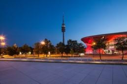 Architekturfotografie: BMW Welt München und Olympiaturm bei Nacht   9952   © Effinger